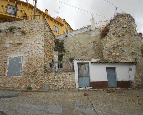 Lugar de la llegada de la conducción de agua salobre, choza adquirida por la Fundación Huete Futuro y cubo de la muralla